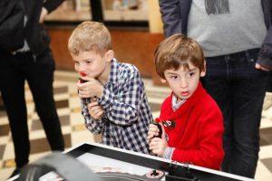 Enfants joue avec manette Carrera